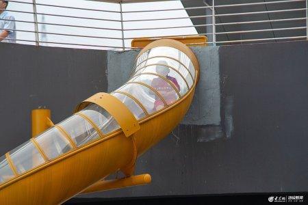 019年6月23日,重庆轨道交通鱼洞站外路面有一个滑滑梯,在网上火了。