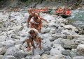 2019年6月25日,湖北恩施,巴东县神农溪65岁的老纤夫曹永毕在河边背负着纤绳,拖着一船的游客,声声高亢激昂,唱着纤夫号子,身后拉纤的同伴们应声附和,苍凉的纤夫号子回荡在神农溪的山崖中。
