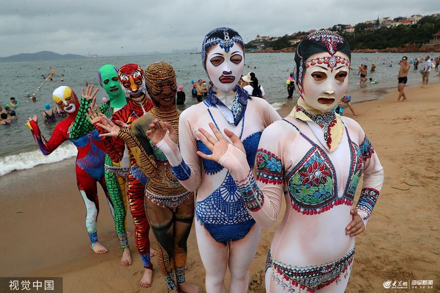青岛:脸基尼升级款亮相海滨浴场 吸引游客围观