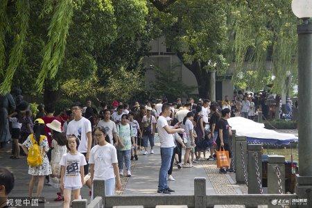 2019年8月21日,杭州,暑期虽已接近尾声,仍然有不少外地游客来西湖游玩。