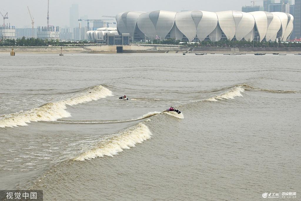 杭州:钱塘江迎来大潮汛 冲浪高手江上弄潮