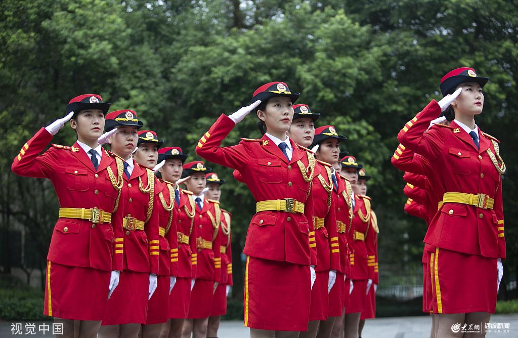 重庆:高校女子国旗班加强训练迎国庆