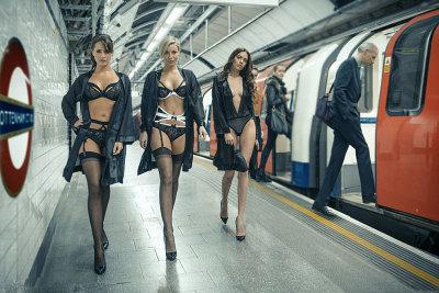 伦敦性感内衣模特地铁站台走秀