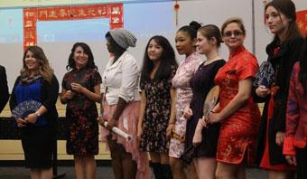 美国大学生说中文秀旗袍喜过中国年