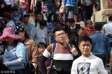 2018年4月18日,山东泰安,前来登泰山上香祈福的游客络绎不绝。