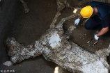 当地时间2018年5月10日,在意大利庞贝古城遗址新发掘的奇维塔·朱利亚纳考古区域,考古人员在在挖掘的地道内,发现了一具死马的残骸,这可能是由公元79年维苏威火山爆发造成的。