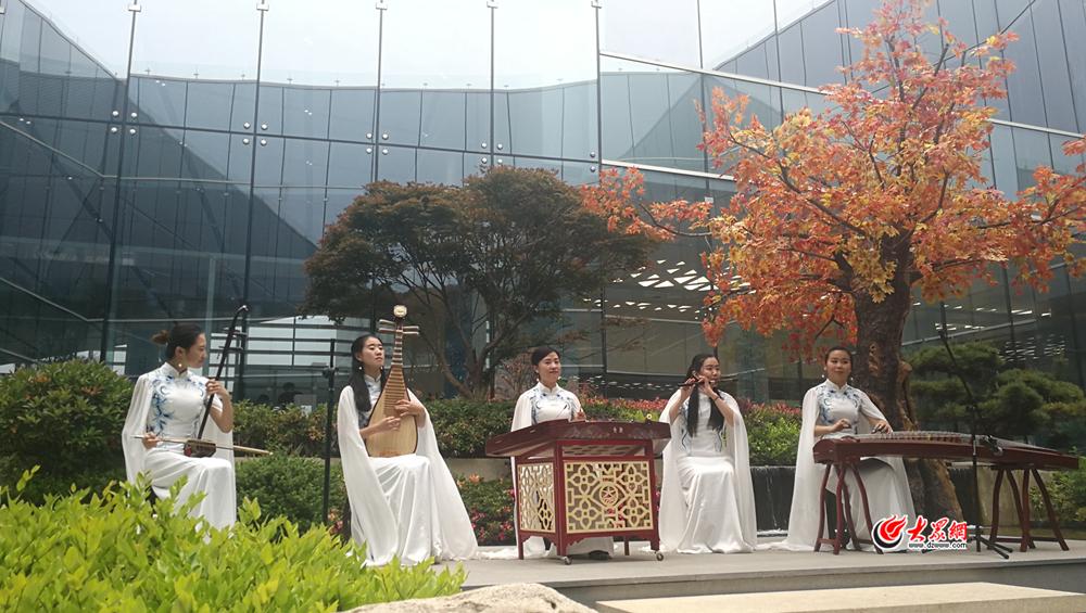 1、在新闻中心一楼,身着白色长裙的表演者现场演奏《茉莉花》《喜洋洋》《采茶灯》乐曲。.jpg
