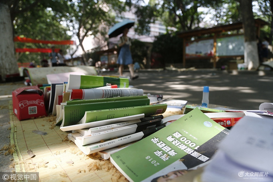2018年6月8日,山东泰安,在山东农业大学校园主干道两侧出现了跳蚤市场,上面写上了支付宝、微信账号,成为无人售卖摊位。
