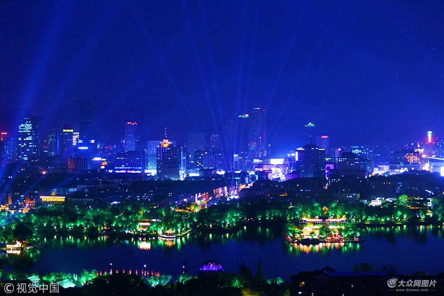 2018年6月12日晚8点,俯瞰济南大明湖景区,千万盏彩灯照向地面、树木、水边、建筑物上的彩灯全部点亮,激光照向上空,整个大明湖景区犹如梦境。