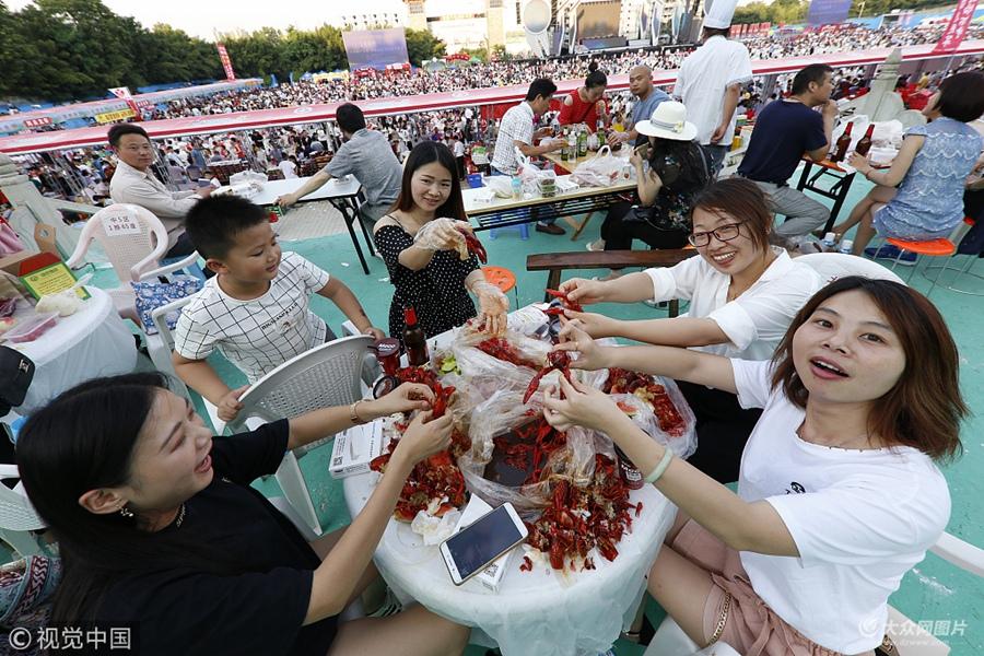 2018年6月13日,江苏淮安盱眙万人龙虾宴主会场在都梁公园龙虾广场火爆开席,设在全城多个餐饮宾馆的分会场同时启动,来自各地的近五万名食客上演了同吃龙虾的壮观场景。