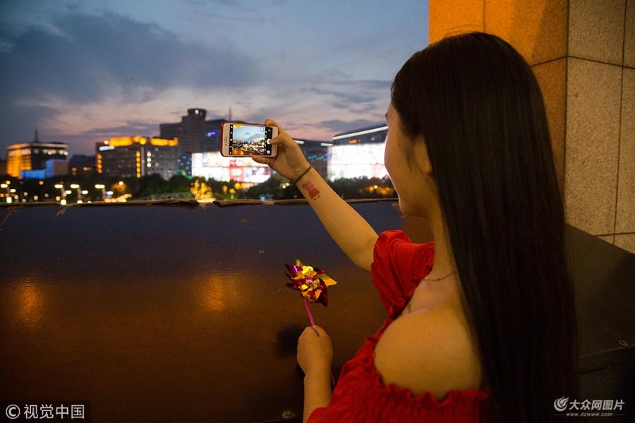 2018年6月24日傍晚,济南出现唯美的火烧云天气,太阳从云层中散出光芒,分外迷人。夜幕降临,众多市民扎堆登上泉城广场东侧观景长廊,纷纷掏出手机拍照,欣赏这浪漫的晚霞。