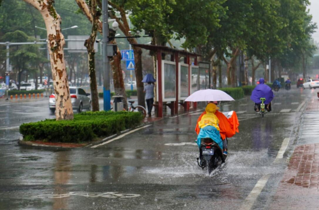 大众网济南6月25日讯  25日下午临近交通晚高峰,一场大雨如约降临,城区部分路段地面已形成积水,街面上行人于非机动车明显减少,但仍有部分市民冒雨出行。(大众网-山东24小时记者 毕胜)