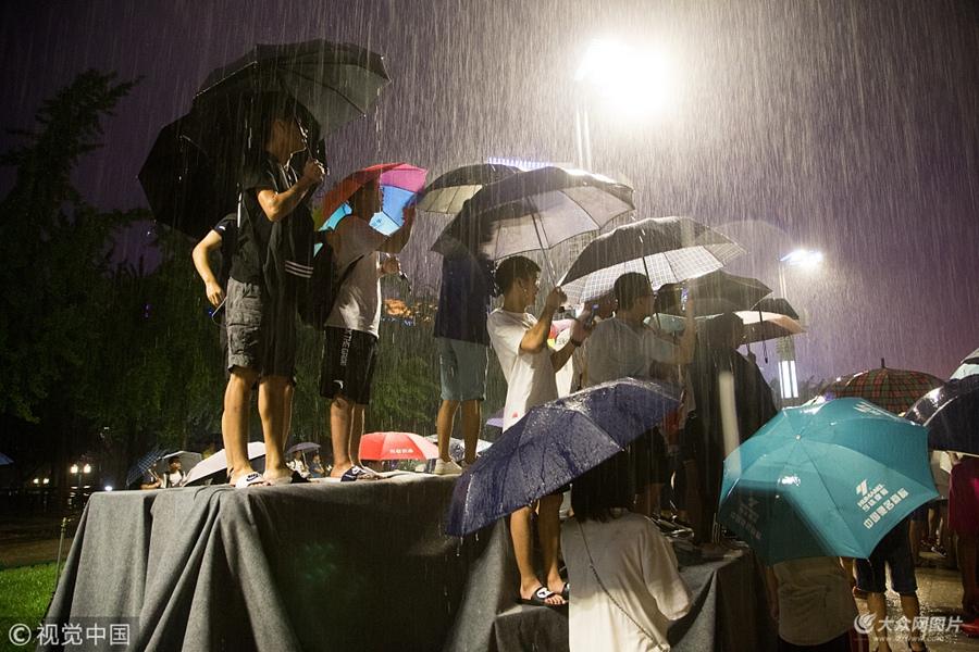 25日下午,2018汤普森中国行来到济南站。不巧的是,济南从中午开始下起大雨,场地被冲垮,活动被迫推迟。夜晚8点,球迷冒着暴雨在泉城广场等待汤普森到来。