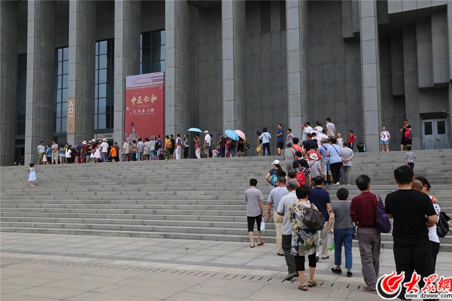 """""""中正仁和――走进养心殿""""大展3日在山东博物馆开展,吸引大量游客前来观展。 通讯员 仪首歌摄"""
