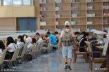 2018年7月6日,济南,大批学生放暑假,高中生、考研族三五成群结伴扎堆图书馆学习。