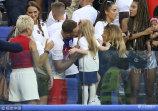7月7日,俄罗斯萨马拉,2018俄罗斯世界杯1/4决赛,瑞典0-2英格兰,英格兰队员赛后与家属庆祝胜利。