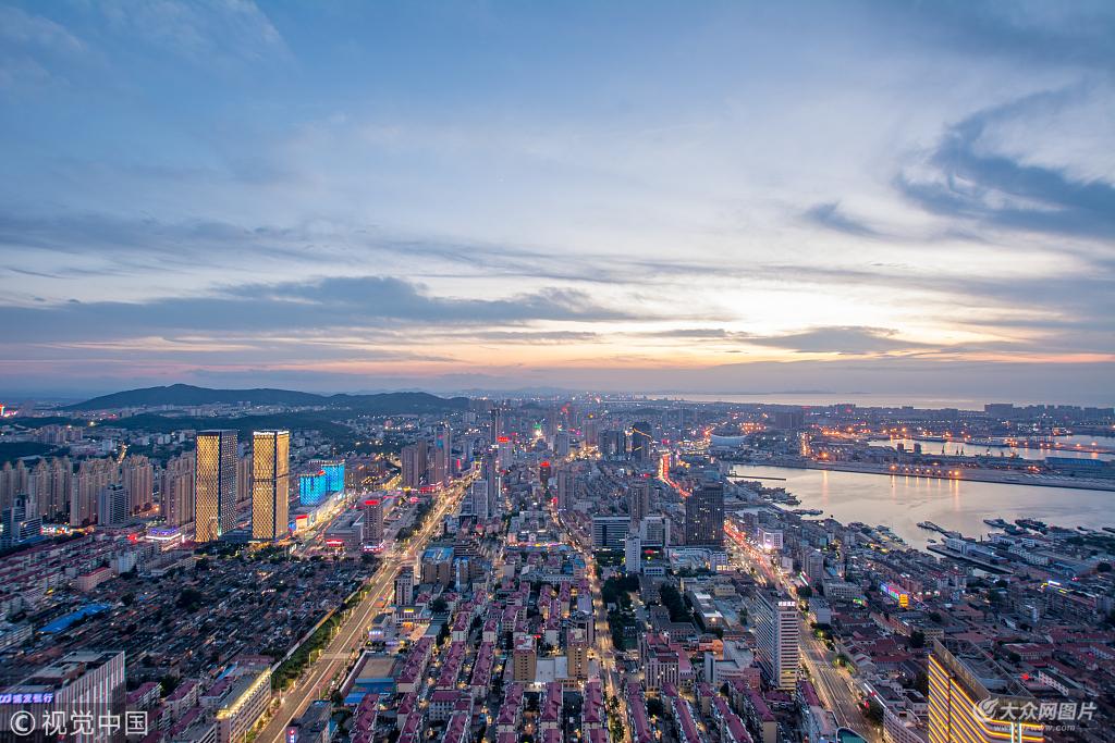 7日,山东烟台,晚上华灯初上,落日余晖下的烟台美成了童话世界。登高远眺,大海、霓虹扮靓的高楼大厦尽收眼底,美不胜收。