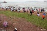 2018年7月9日,浒苔随海浪袭击青岛前海。当日,青岛迎中到大雨天气,海滨风大浪急,部分浒苔随大浪奔涌越过防浒网漂入近岸,相关部门组织工人冒雨打浒确保岸线清洁。