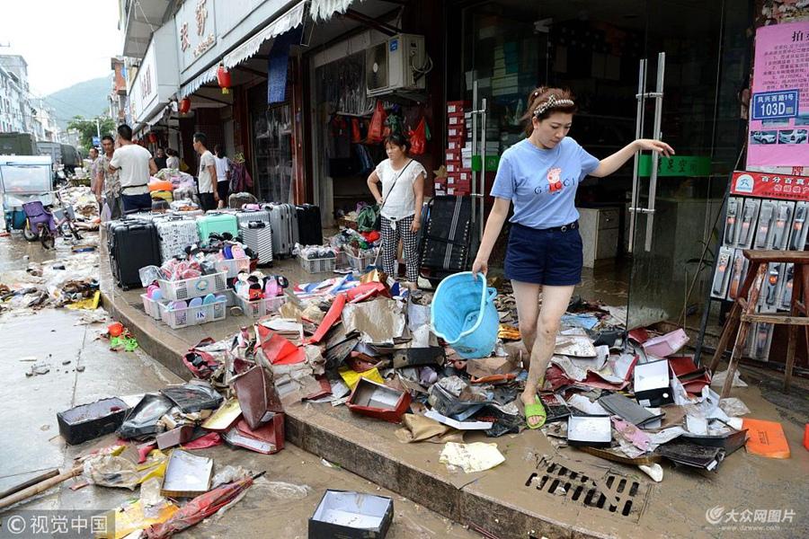 """2018年7月11日,强台风""""玛莉亚""""带来的狂风暴雨导致福建省霞浦县牙城镇受灾严重,一片狼藉。"""