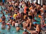 """2018年7月22日,济南市区气温达到三十七摄氏度以上,护城河边的泉水浴场内游客爆棚,泳池内成了""""饺子锅"""",热闹非凡。"""