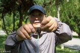 2018年7月22日,山东烟台,知了在声声叫着夏天,一位捉蝉人在鱼竿上沾上软胶,听声音就能在茂密的树枝中找到蝉,数分钟就捉到数十只。他告诉记者,十天后,蝉会变得更多,捉的会更多。