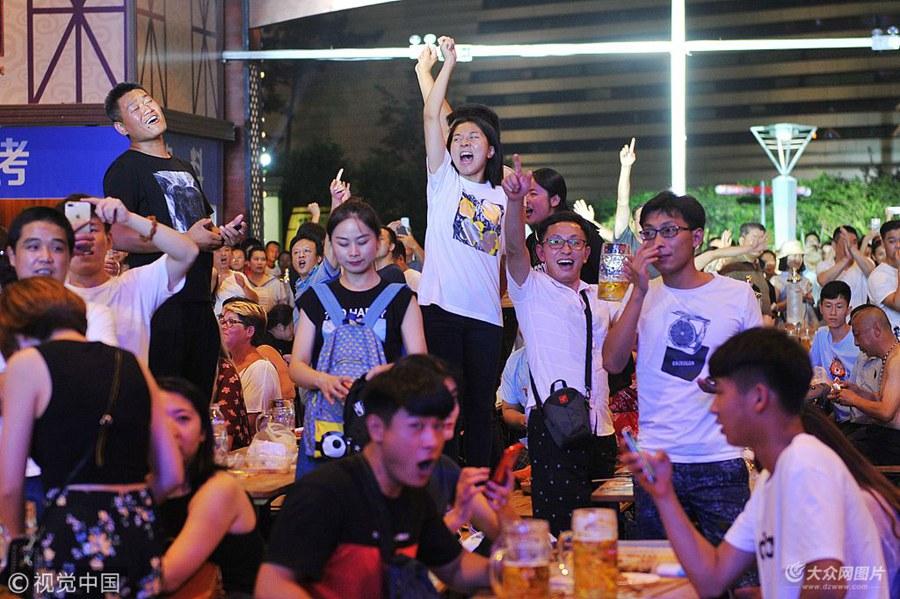 """2018年7月22日,青岛,第28届啤酒节开启周日""""狂欢模式""""。在崂山区会场,约四万名游客全场欢动,点燃夏日激情。"""