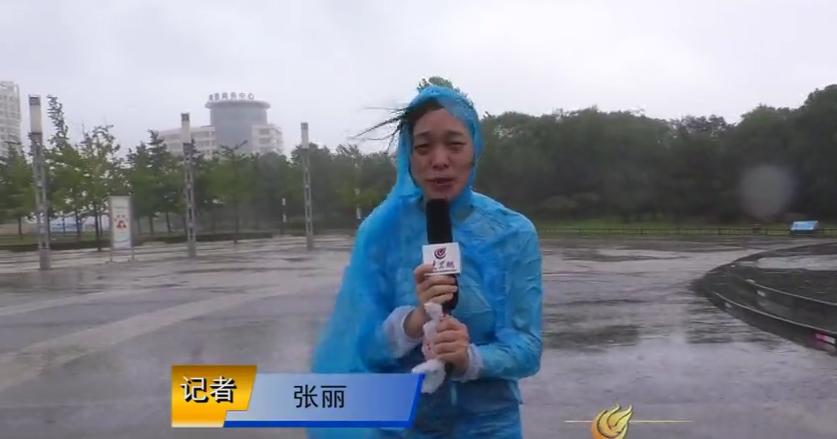 23日上午11时,在日照灯塔风景区,大众网记者站在马路上被大风吹地已站不稳。