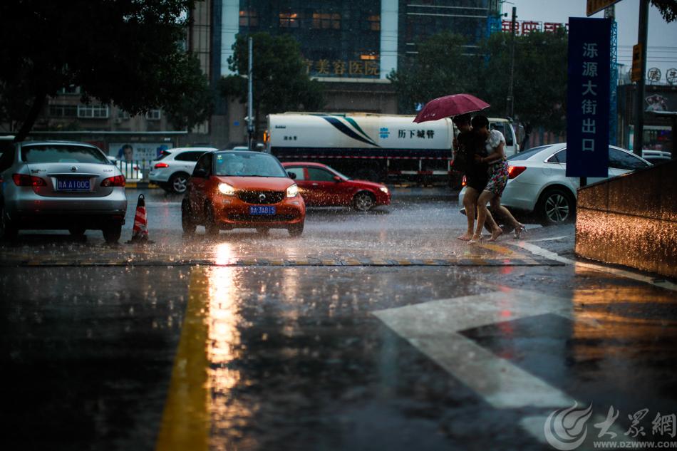 图1 济南突降大雨 大众网记者 毕胜.jpg