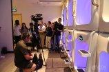 2、两岸媒体记者拍摄胶囊仓.JPG