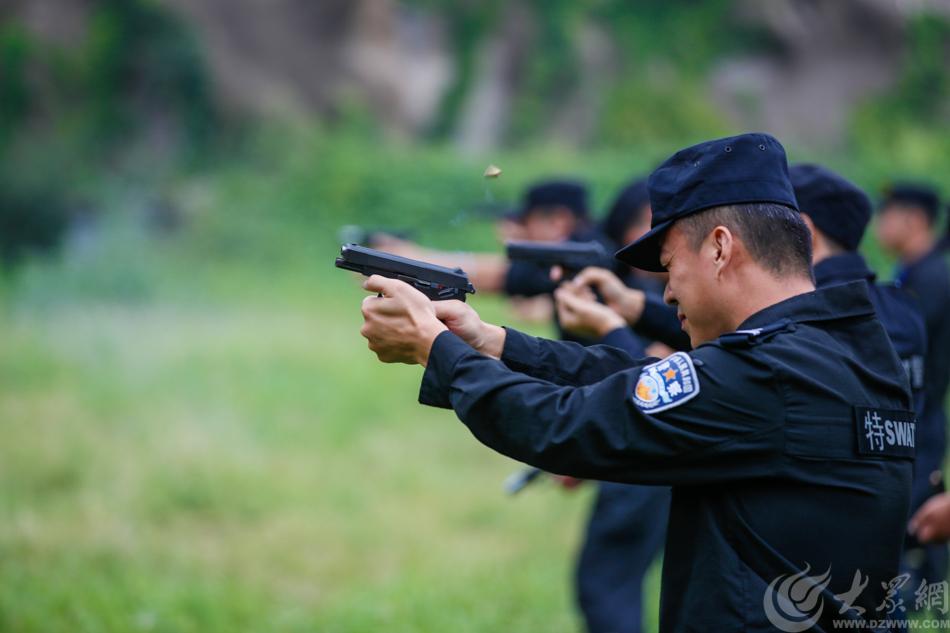 图2 特警队员进行手枪打靶训练 大众网记者 毕胜.jpg