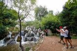 图2 雨后九如山水量大增,引游客前来观瀑 大众网记者 毕胜.jpg