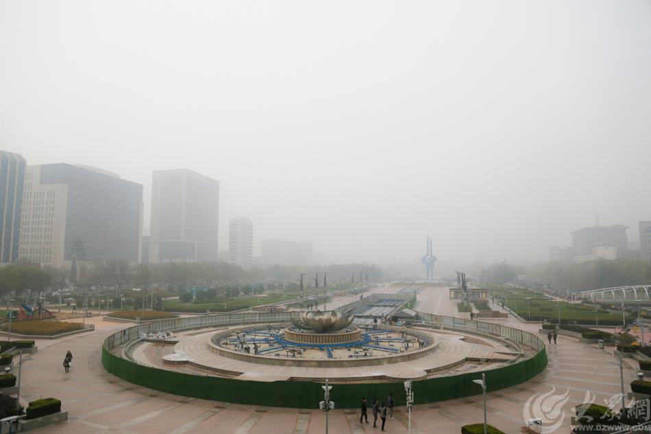图1 雾霾笼罩济南,泉城街景进入隐身模式 大众网记者 毕胜.jpg