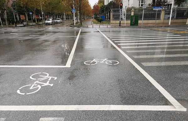 武汉市出现闭合式非机动车通道-让非机动车与机动车、行人分流.jpg