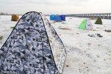 2019年1月4日,哈尔滨,钓友们在哈尔滨的江面上搭起一个个帐篷,加入冬钓队伍。图为江面上搭的帐篷。  吕品(黑龙江分社)/中新社/视觉中国