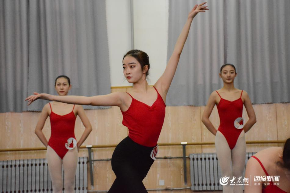 图1 组图:直击舞蹈专业艺考现场,2000余名考生寻梦而来.jpg