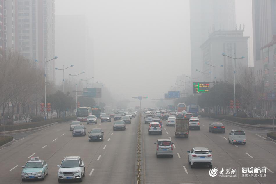 图1 大雾围城,济南街头车辆雾中穿行.jpg
