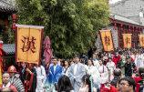 武汉:花朝节上演汉服秀-吸引众多市民围观.jpg