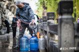 图1 雨过天晴,黑虎泉畔打水忙 大众网·海报新闻记者 毕胜.jpg