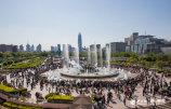 图1 喷泉旁好乘凉,民众泉城广场扎堆看喷泉.jpg