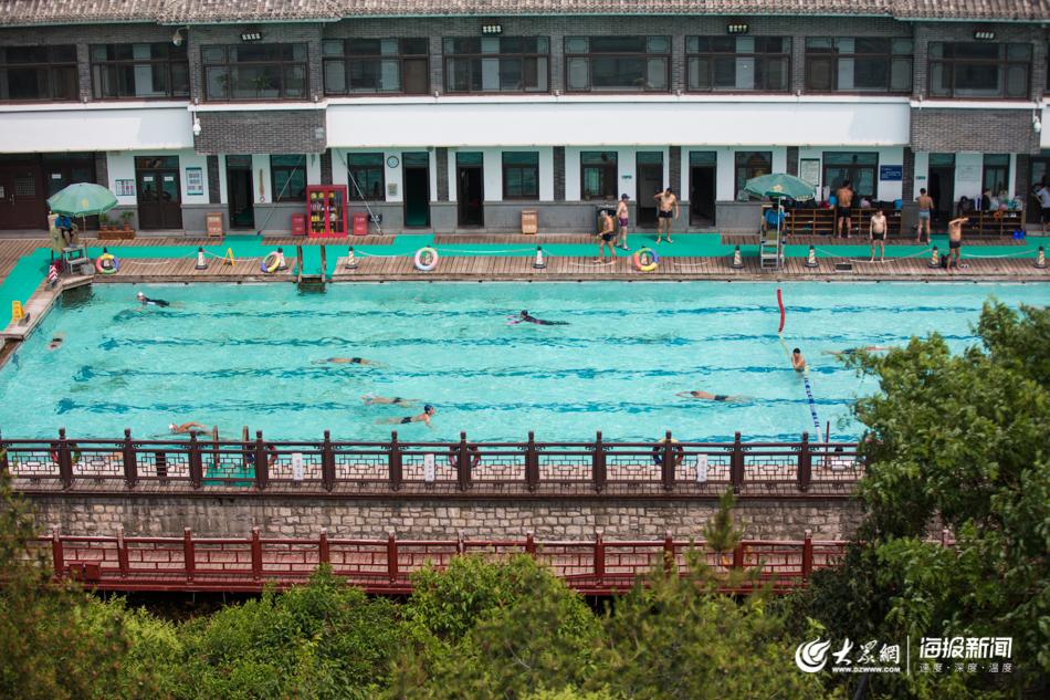 图1 炎炎烈日下,市民在黑虎泉畔的泉水浴场游泳健身,感受清凉。大众网・海报新闻记者 毕胜摄.jpg