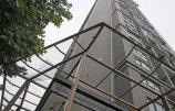 西安:为防瓷砖脱落和高空坠物-已有小区安装钢丝网.jpg