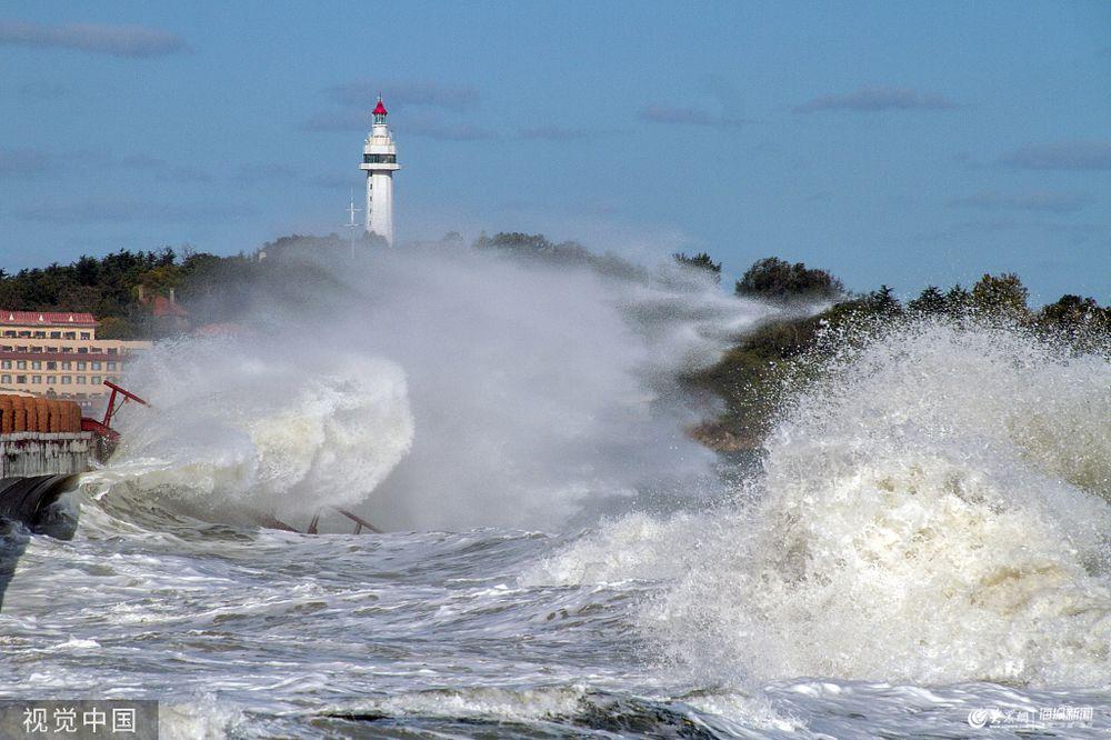 烟台沿海出现大风天气 海滨现惊涛拍岸画面